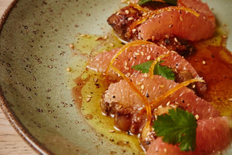 Escalope de foie gras du Gers poêlée, salade tiède de pamplemousse, vinaigrette de Floc de Gascogne