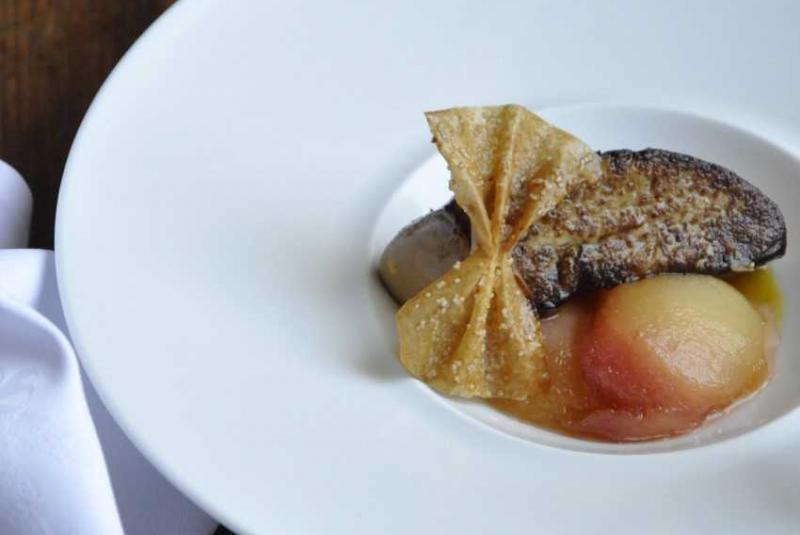 Foie gras de canard du Gers rôti, pêches pochées au floc de Gascogne blanc