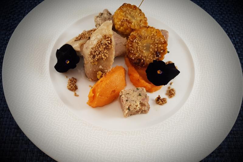 Poule noir d'Astarac-Bigorre, farce gingembre-citron vert, purée de patate douce, maïs et vinaigrette au sésame