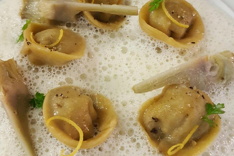 Cappelletis de foie gras fumé aux aiguilles de pin, artichaut, citron